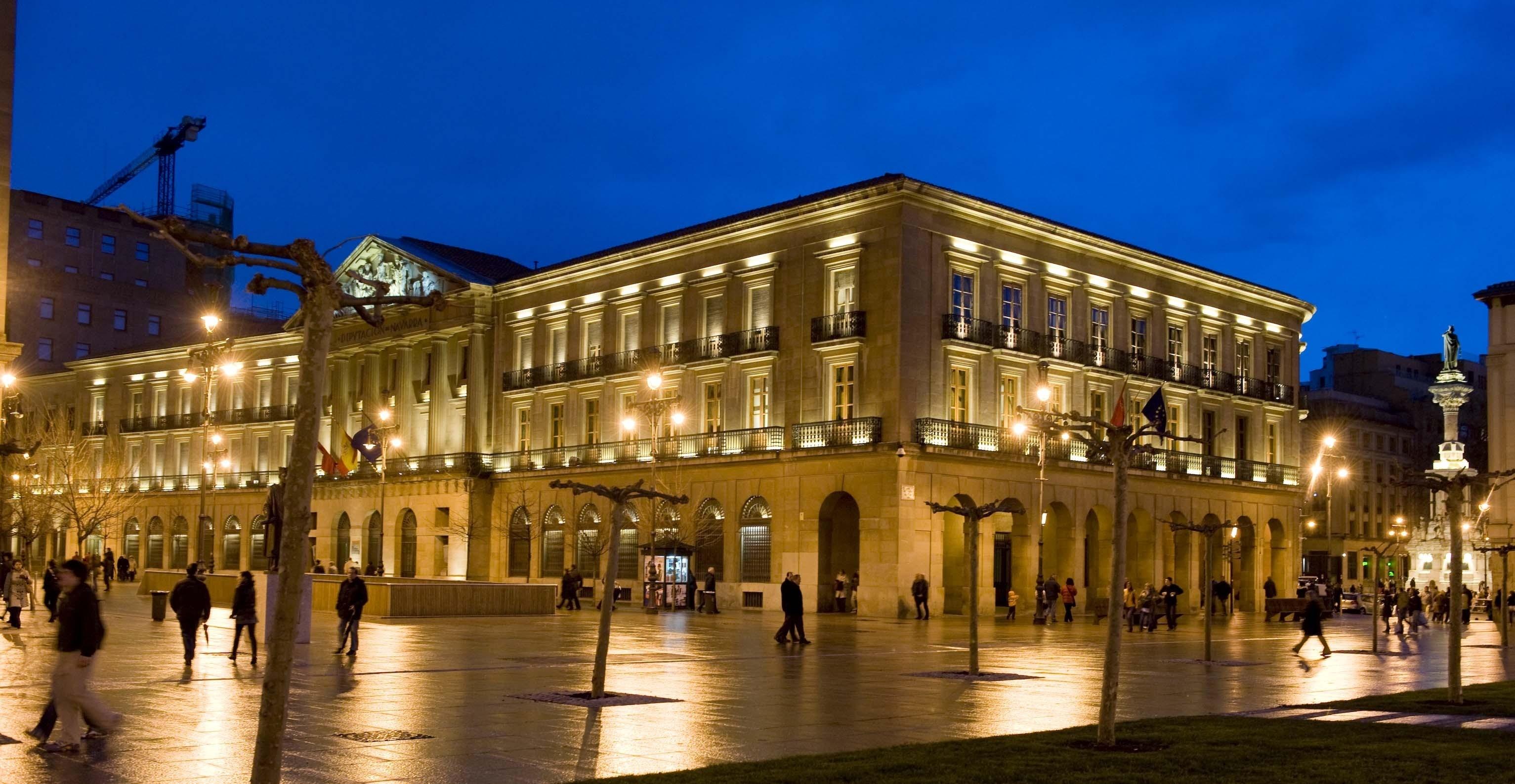Edificio Gobierno de Navarra de noche iluminado