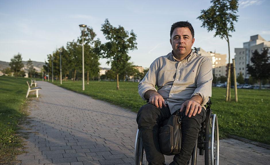 Primer plano de Fredi en silla de ruedas