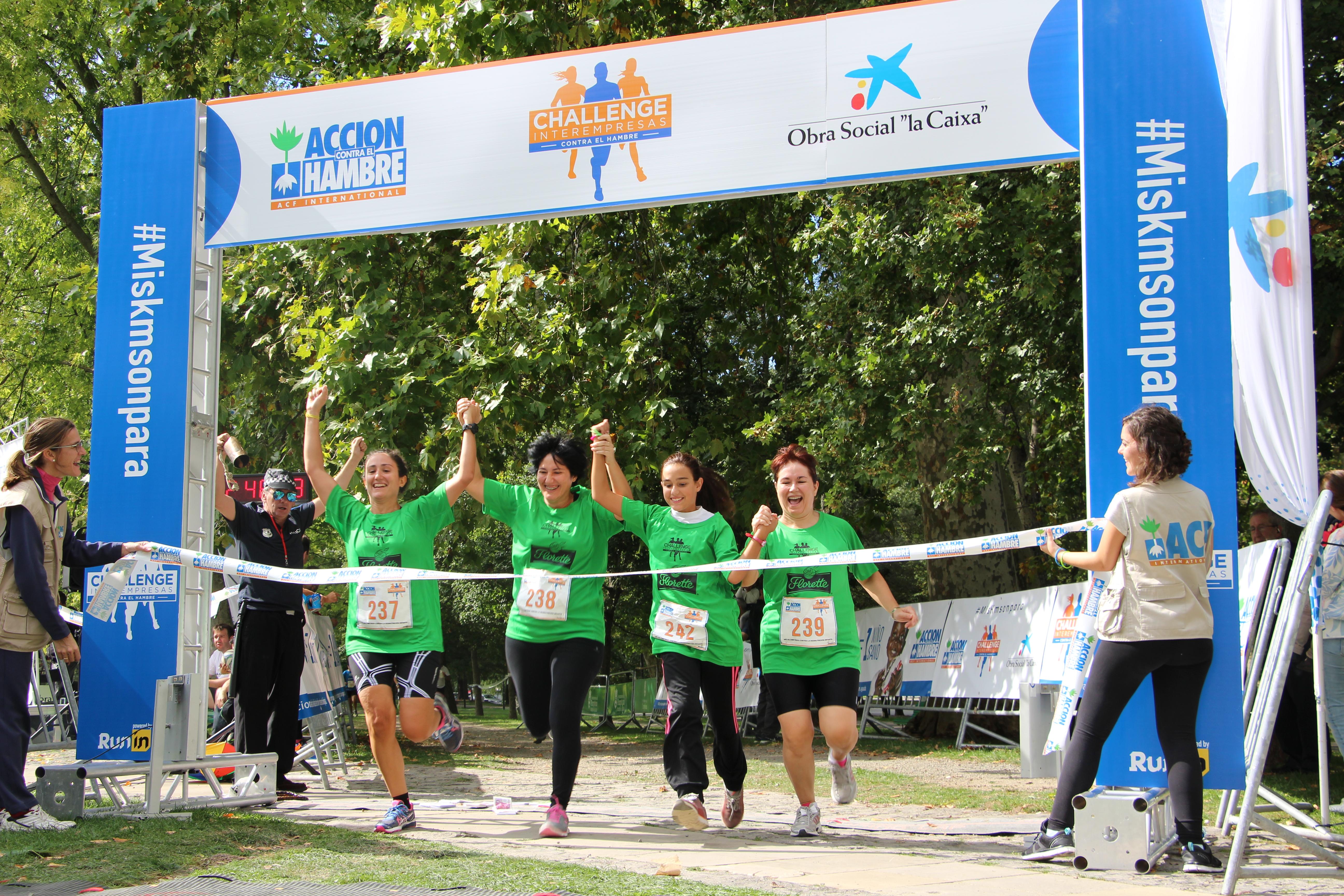 """Grupo de personas corriendo en la carrera """"Hambre cero"""""""