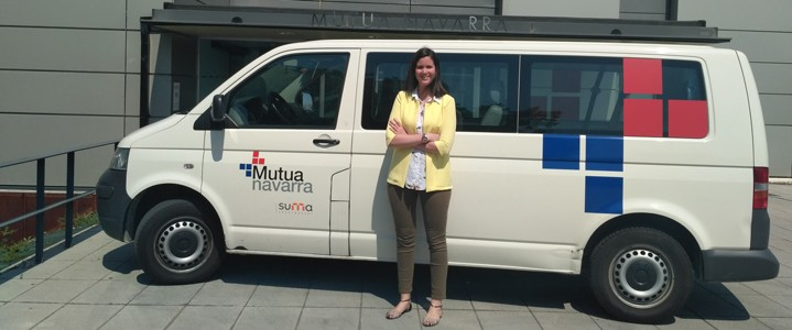 Cristina Patier en la salida de Mutua con el taxi de Mutua de fondo