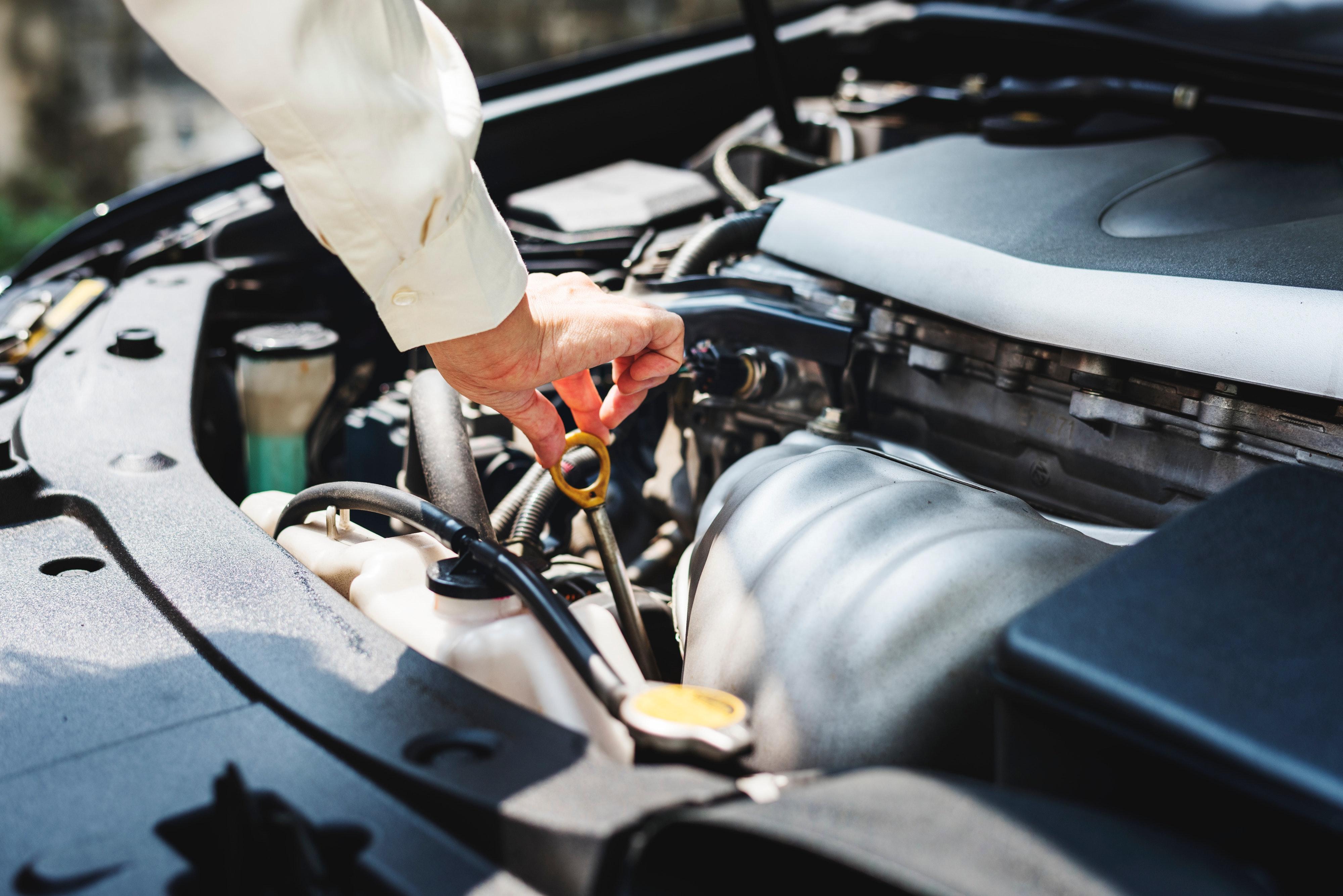 Comprobación del aceite de un coche