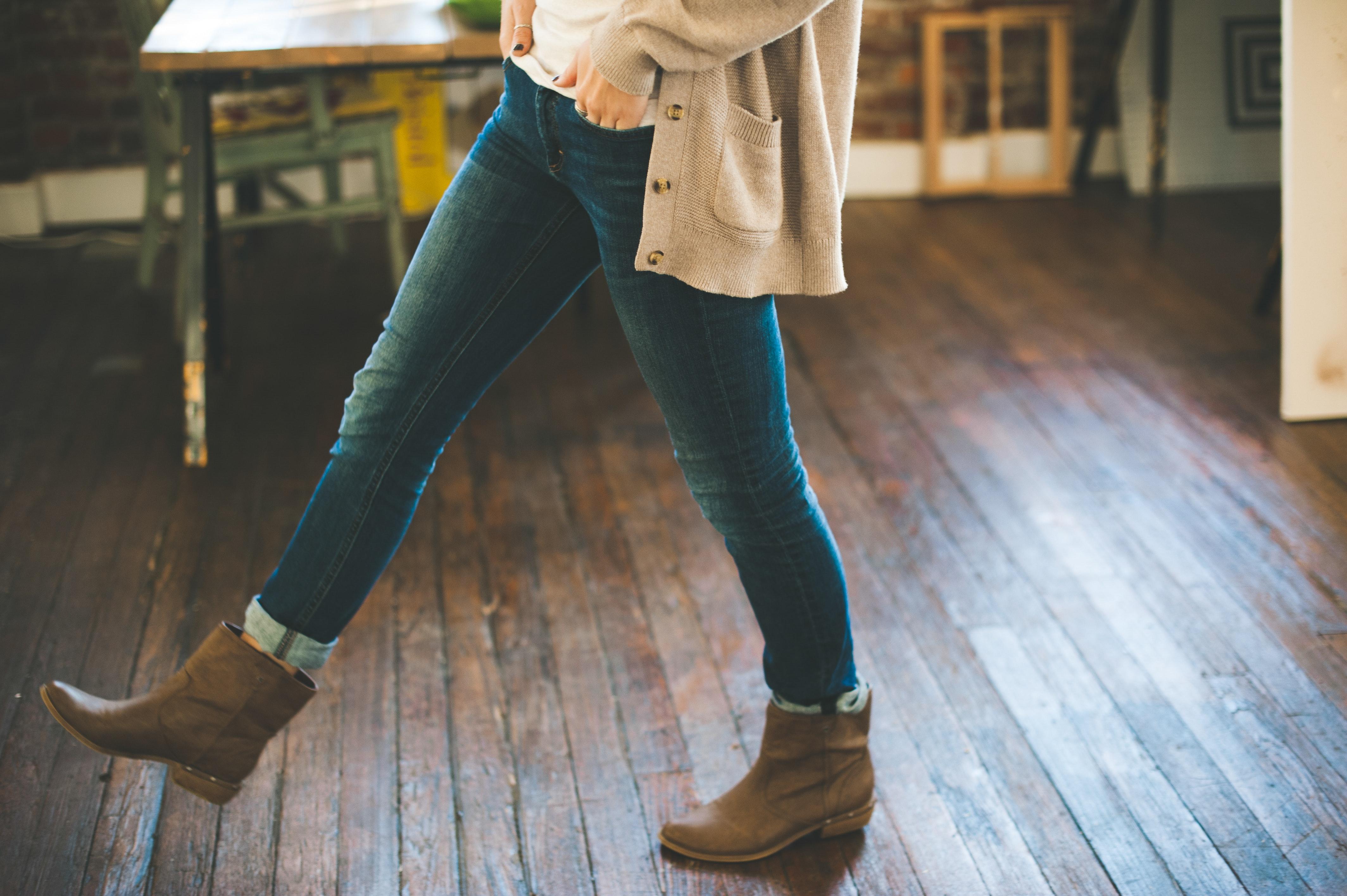Chica andando sobre un suelo de madera