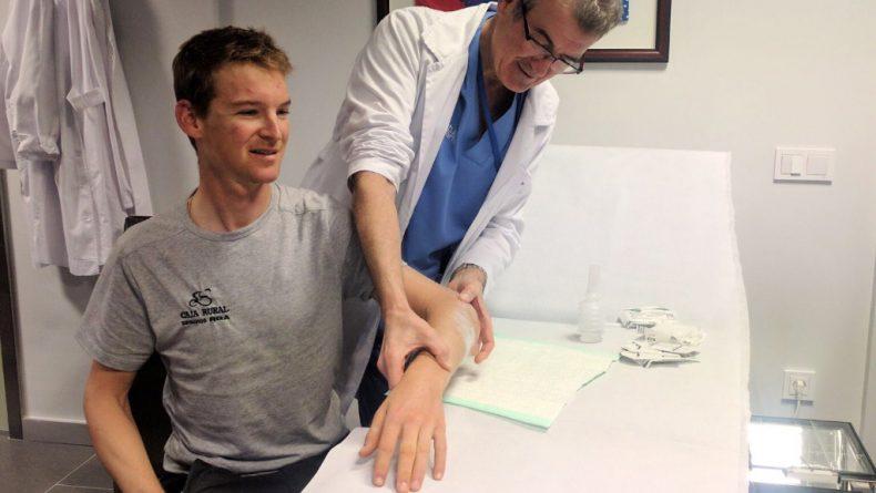 El Dr Recarte con Chris Bitler en una consulta