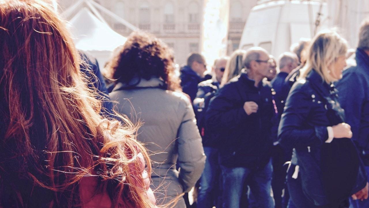 Imagen de muchas personas andando en la calle, autónomos