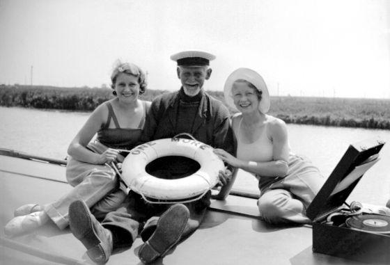 Hombre con dos mujeres sonriendo