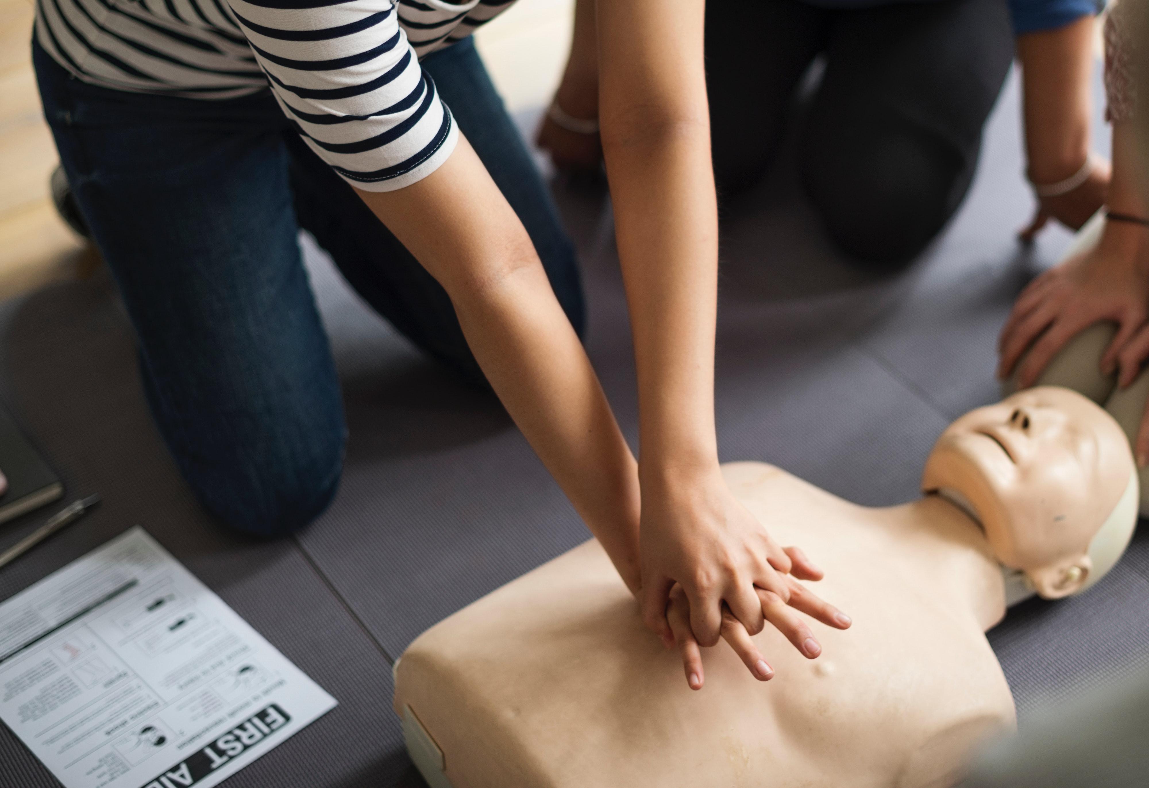 Practicando los primeros auxilios con un muñeco