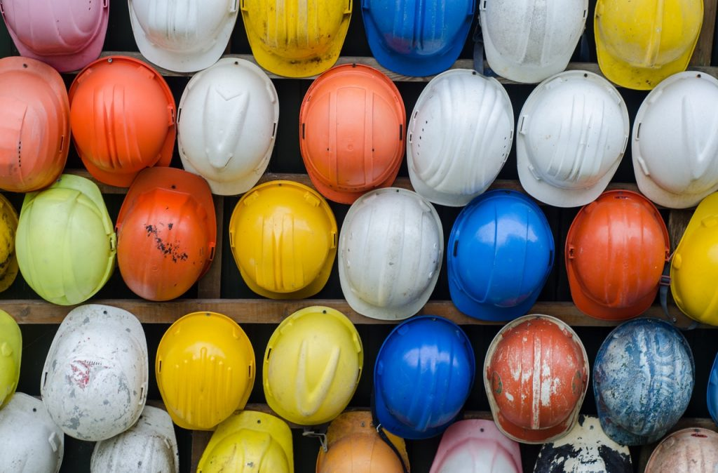 Cascos que simbolizan la prevención laboral