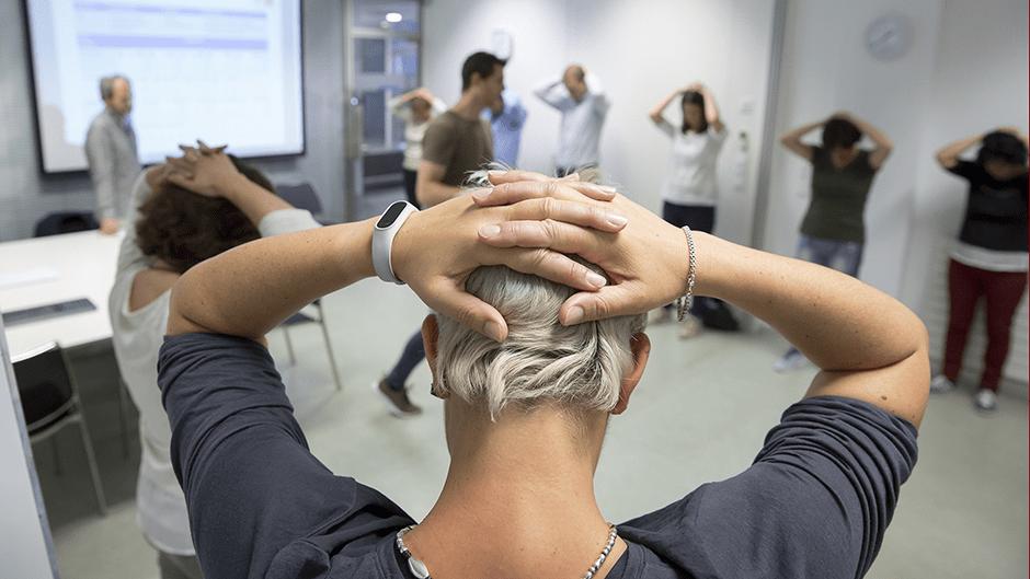 Actividades de sensibilización en una sala de Mutua Navarra con uno de nuestros fisio