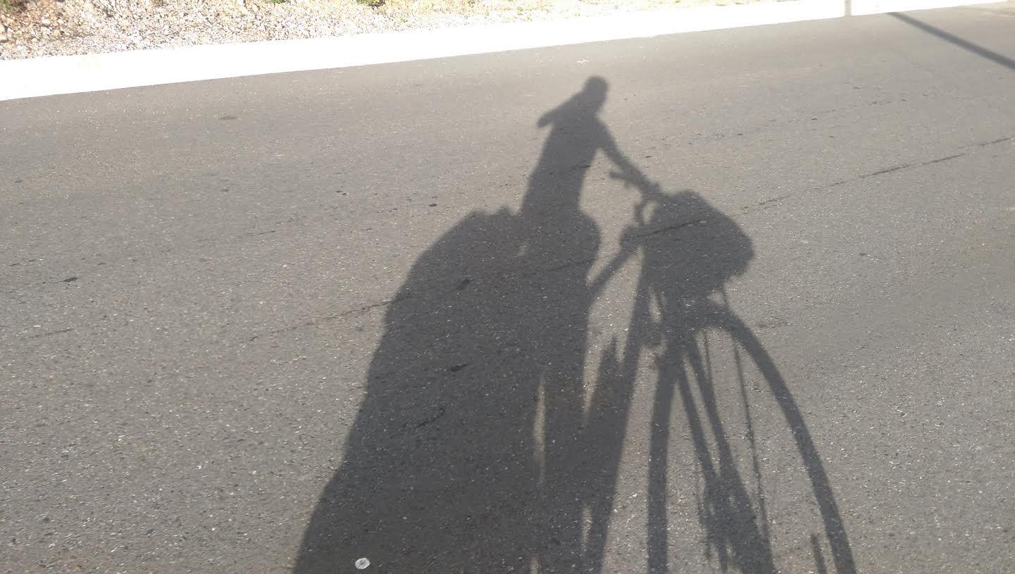 Silueta de una persona montando el bici