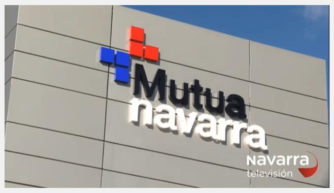 Fotografía donde se ve la fachada de Mutua Navarra en Pamplona debido a que Navarra TV realiza un reportaje a la recién galardonada entidad Mutua Navarra