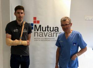 Domingo Gonçales tras recibir el alta junto al Dr. Recarte de Mutua Navarra en la sala de espera de Mutua