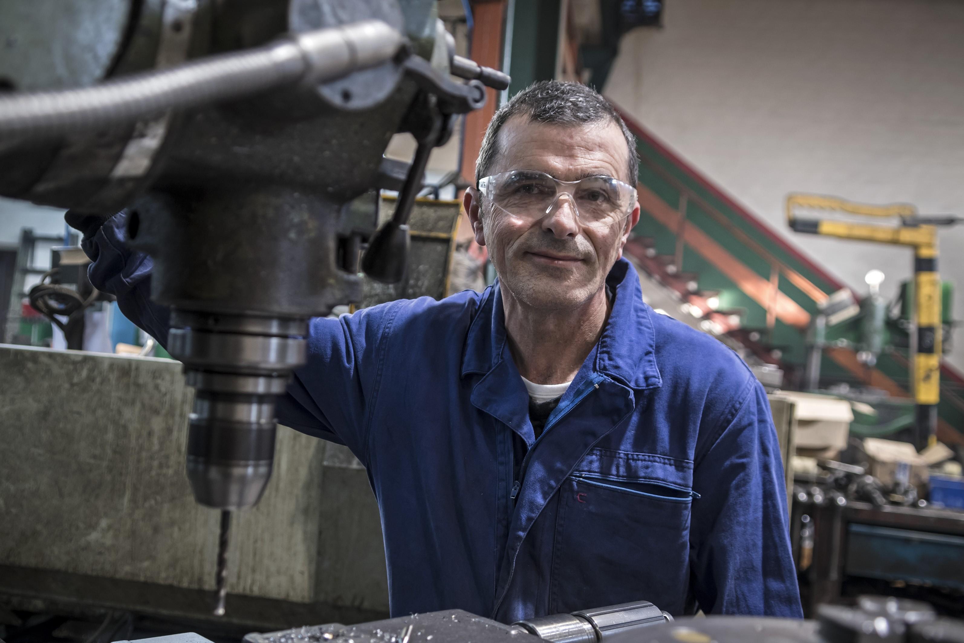 Primer plano de Carlos Remiro López, tornero fresador en su taller