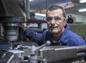 Carlos Remiro López, tornero fresador en el taller rodeado de la maquinaria