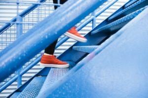 Pies subiendo unas escaleras