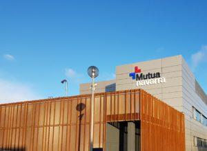 Foto del edificio de la fachada de Mutua Navarra donde se puede ver el logo de la entidad