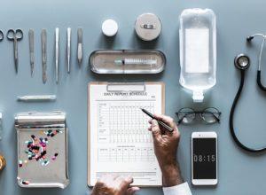 Mesa de médico con un informe pastillas movil suero