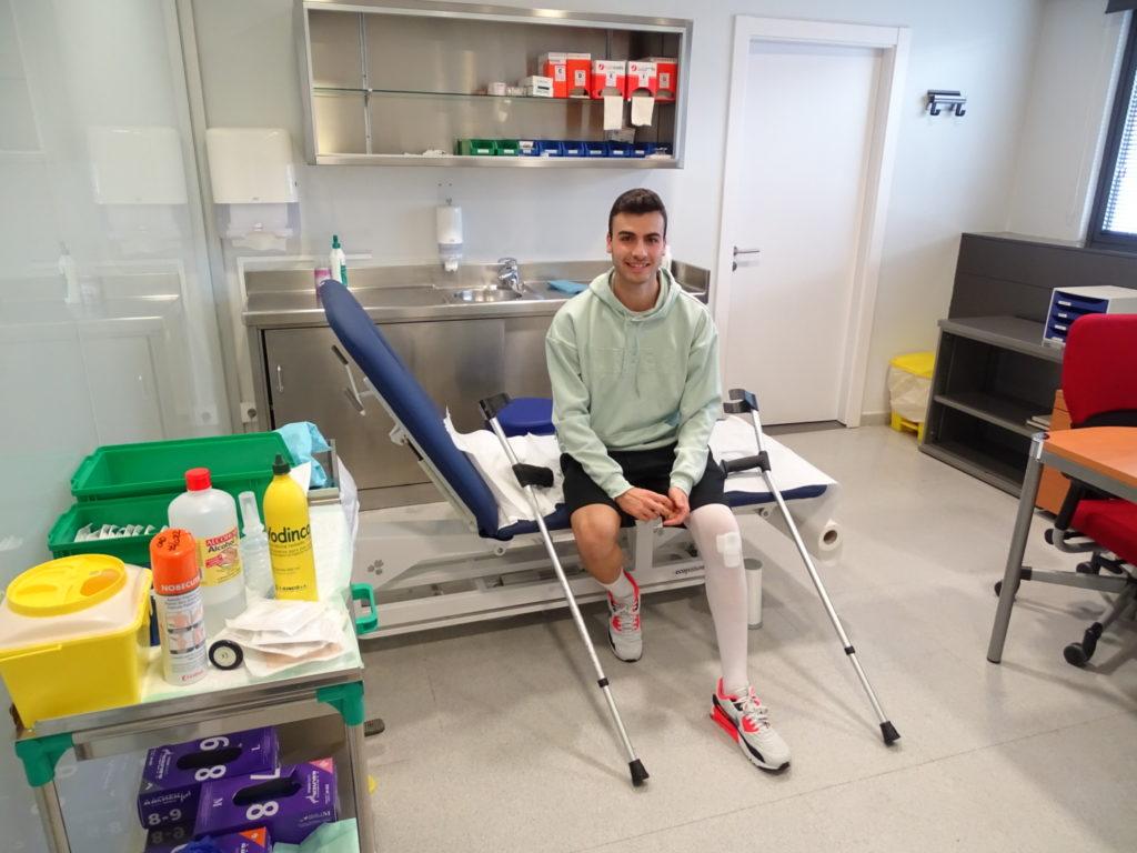 El futbolista Álvaro Navarro, del CD Tudelano, recibe el alta tras ser intervenido por el equipo médico de Mutua Navarra