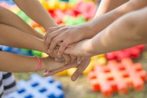 manos unidas que muestran el apoyo frente a la covid19