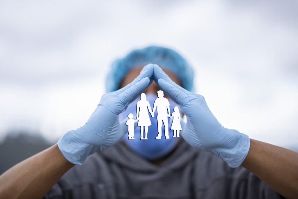 Médico con guantes y mascarilla