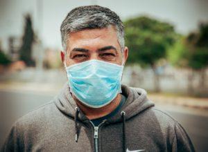 Hombre de mediana edad que porta una mascarilla higiénica