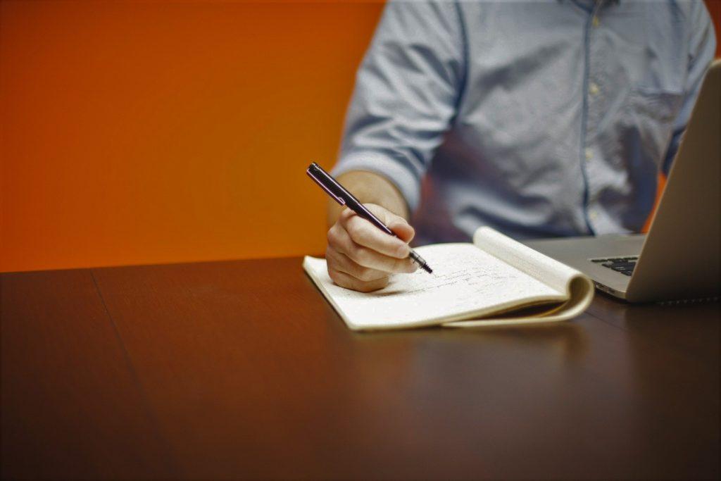 Foto de un persona tomando notas en un cuaderno