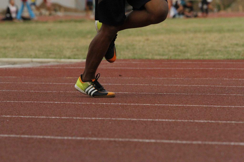Foto de los pies y piernas de una persona haciendo atletismo